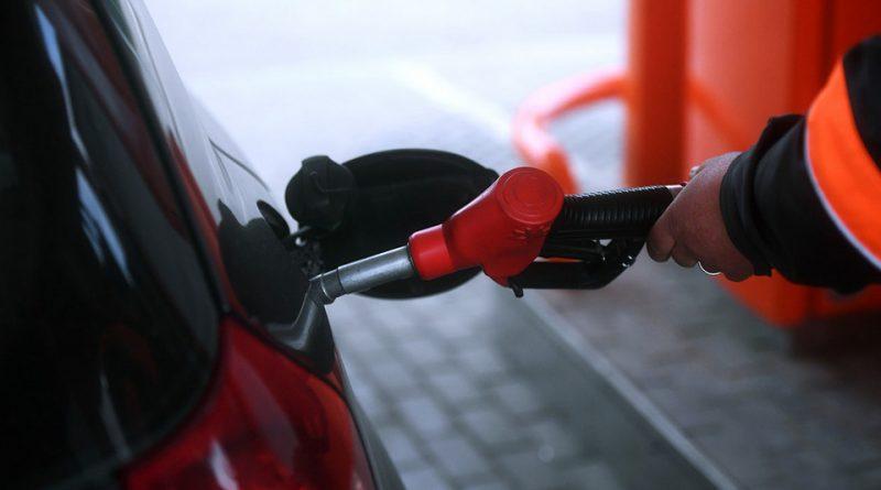 Копейкой по бензобаку. Почему дорожает бензин?