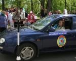 Одна из участниц демонстрирует  мастерство в фигурном вождении  автомобиля