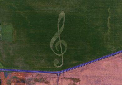 В поле под Копылем появился 300-метровый скрипичный ключ. Кто это сделал?