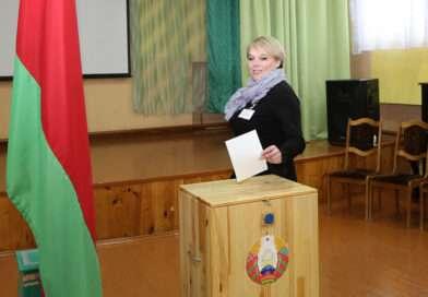 В Несвиже на избирательных участках вручили подарки  именинникам и впервые голосовавшим