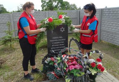 Цветы — к братской могиле мирных жителей