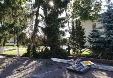 Утром возле памятника С.Будного произошло ДТП. Подробности уточняются